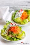 Gemüsetürmchen auf jungem Blattsalat mit Kräuterschmand – auf Kräuterwanderung im Frühling