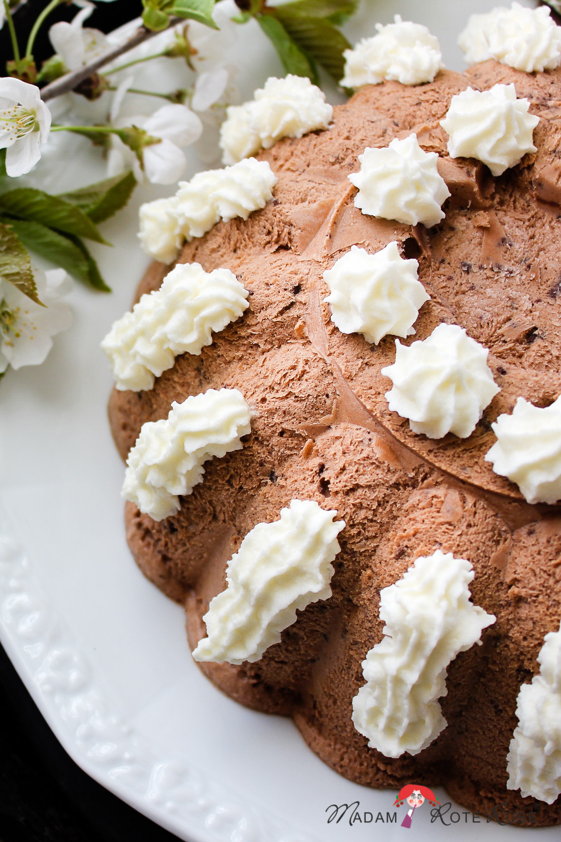 Cremiges Schokoladeneis mit Schokoladenstückchen & die Kirschblüte im Kohlbachtal