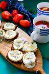 Klassische Tomatensuppe mit geschmolzenen Ziegenkäse-Röstbrothappen