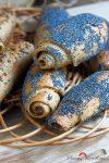 Schwarze und blaue Vollkorn-Hörnchen: Kümmel- und Mohnsamen mit herzhaft-würzigem Geschmack
