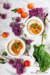Dinkelporridge mit Rhabarber-Aprikosen-Kompott – der neueste Frühstückstrend