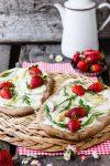 """Spargel-Erdbeer-Fladen mit Rucola auf dem Grundrezept Vollkorn-Hefeteig """"stets parat"""""""
