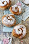 Hefeschnecken nach Art der Ensaimada de Mallorca mit Vanille-Honig-Creme-Füllung