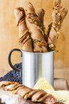 Olivenpesto-Feta-Brotstangen haben es voll drauf