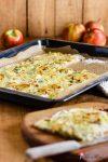 Würziger Apfel-Bergkäse-Flammkuchen mit Zwiebeln und Lauch