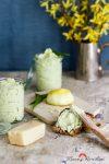 Cremige Bärlauchbutter mit Parmesan und Zitrone – der Frühling klopft an