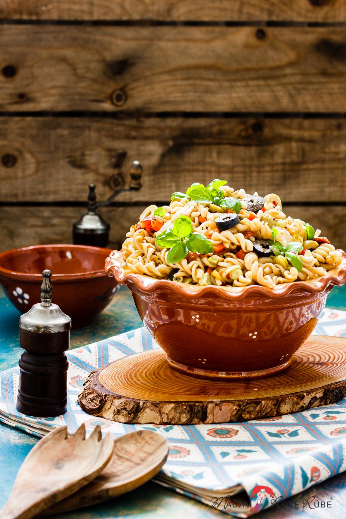 Mediterraner Nudelsalat mit Honig-Senf-Dressing