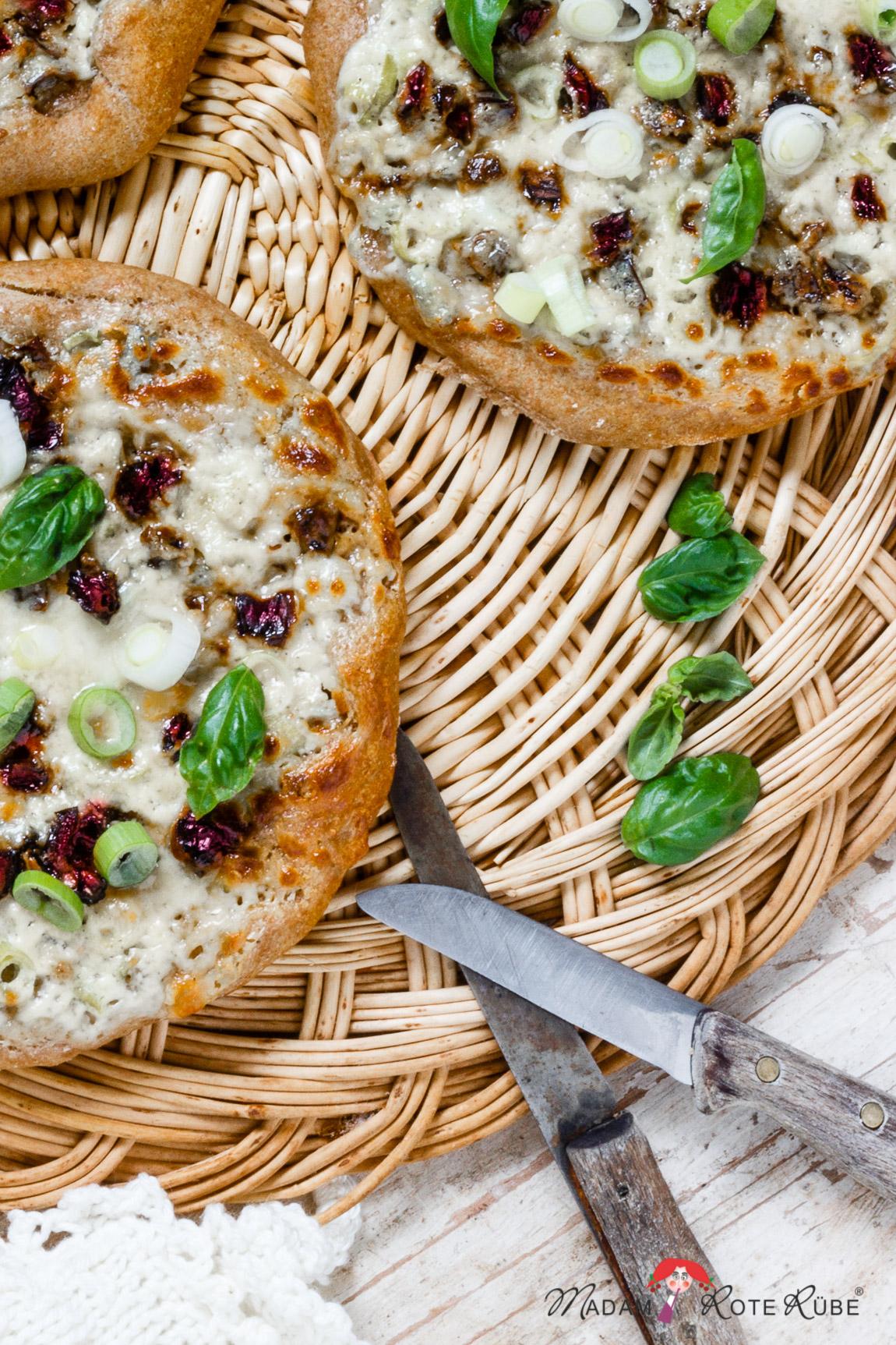 Partyknaller: Minifladen mit Gorgonzolacreme und getrockneten Tomaten