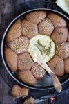 Gebackener Schafskäse mit Honig und Rosmarin in einer Weizenvollkorn-Brötchensonne
