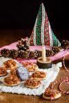 Nussige Florentiner Plätzchen mit Schokoladenfüsschen aus der Weihnachtsbäckerei