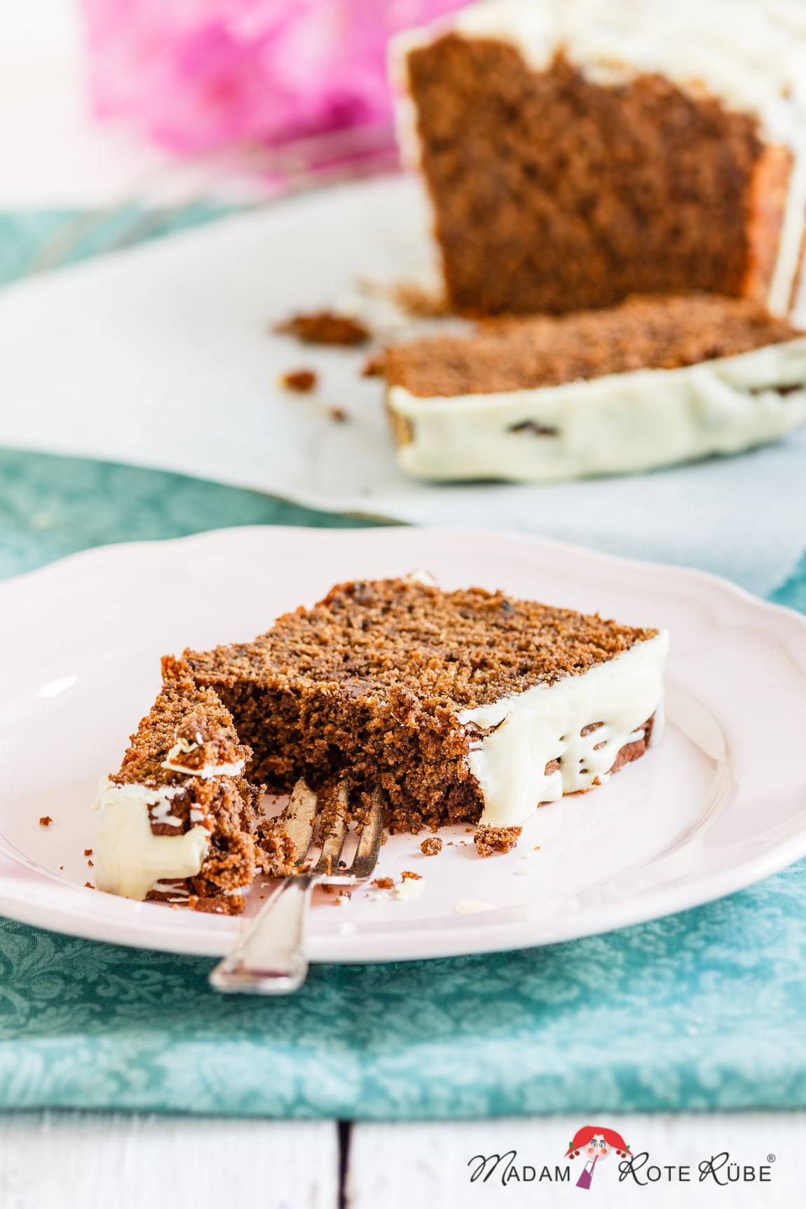 Madam Rote Rübe - Rucksackschmaus VI: Schokoladiger Buttermilch-Kuchen mit Dinkelvollkornmehl aus der Kastenform und der Höfener Heckenweg / Eifel