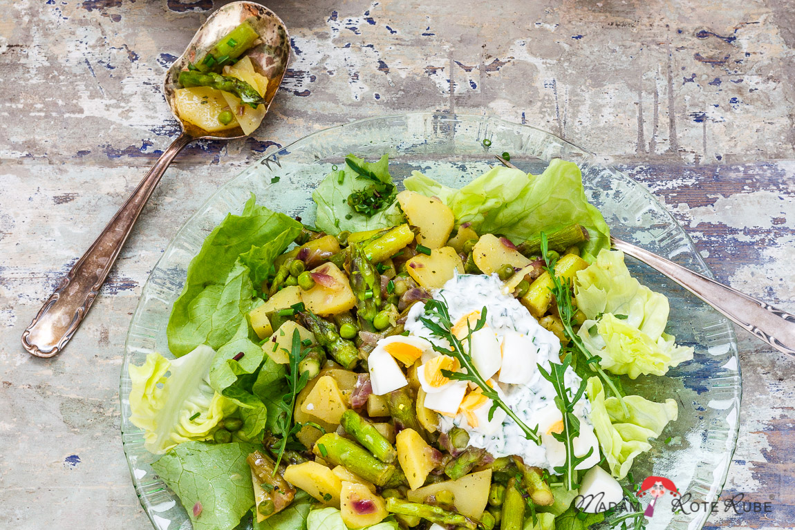 Madam Rote Rübe - Grüner Spargel-Kartoffelsalat mit Ei auf Kopfsalat