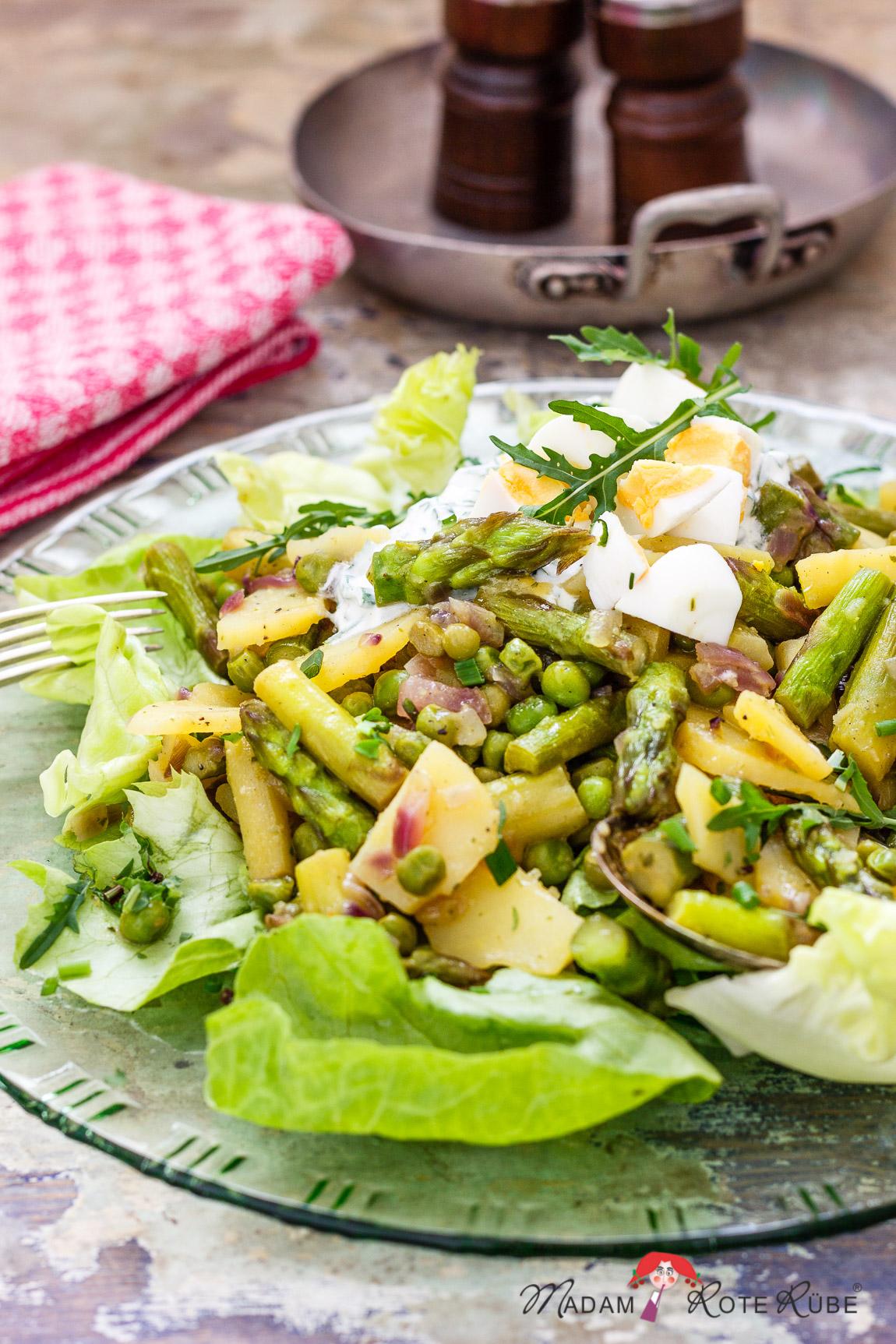 Grüner Spargel-Kartoffelsalat mit Ei auf Kopfsalat