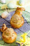 Süße Osterhasen mit dicken Mandelbäuchen aus Hefeteig