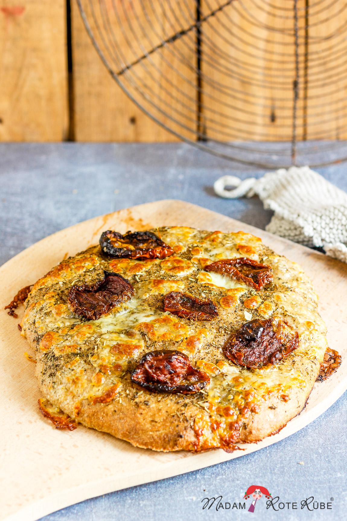Madam Rote Rübe - Handgemachte Weizenfocaccia mit getrockneten Tomaten und Mozzarella