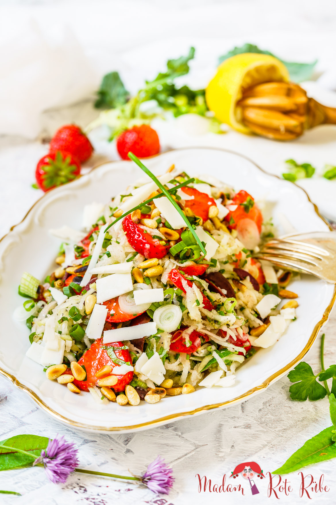 Madam Rote Rübe - Kohlrabi-Kräuter-Salat mit Erdbeeren