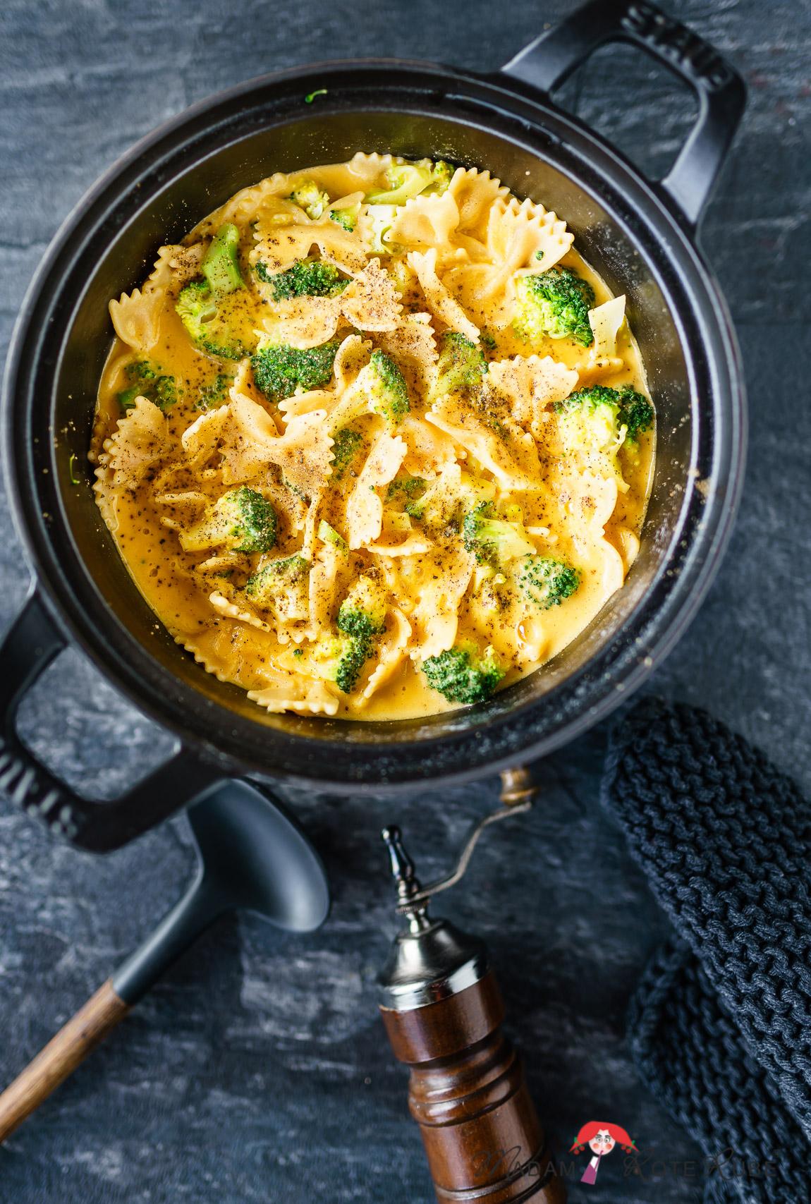 Madam Rote Rübe - Brokkoli mit Pasta in Kartoffel-Möhren-Sauce als vegane Käsesauce