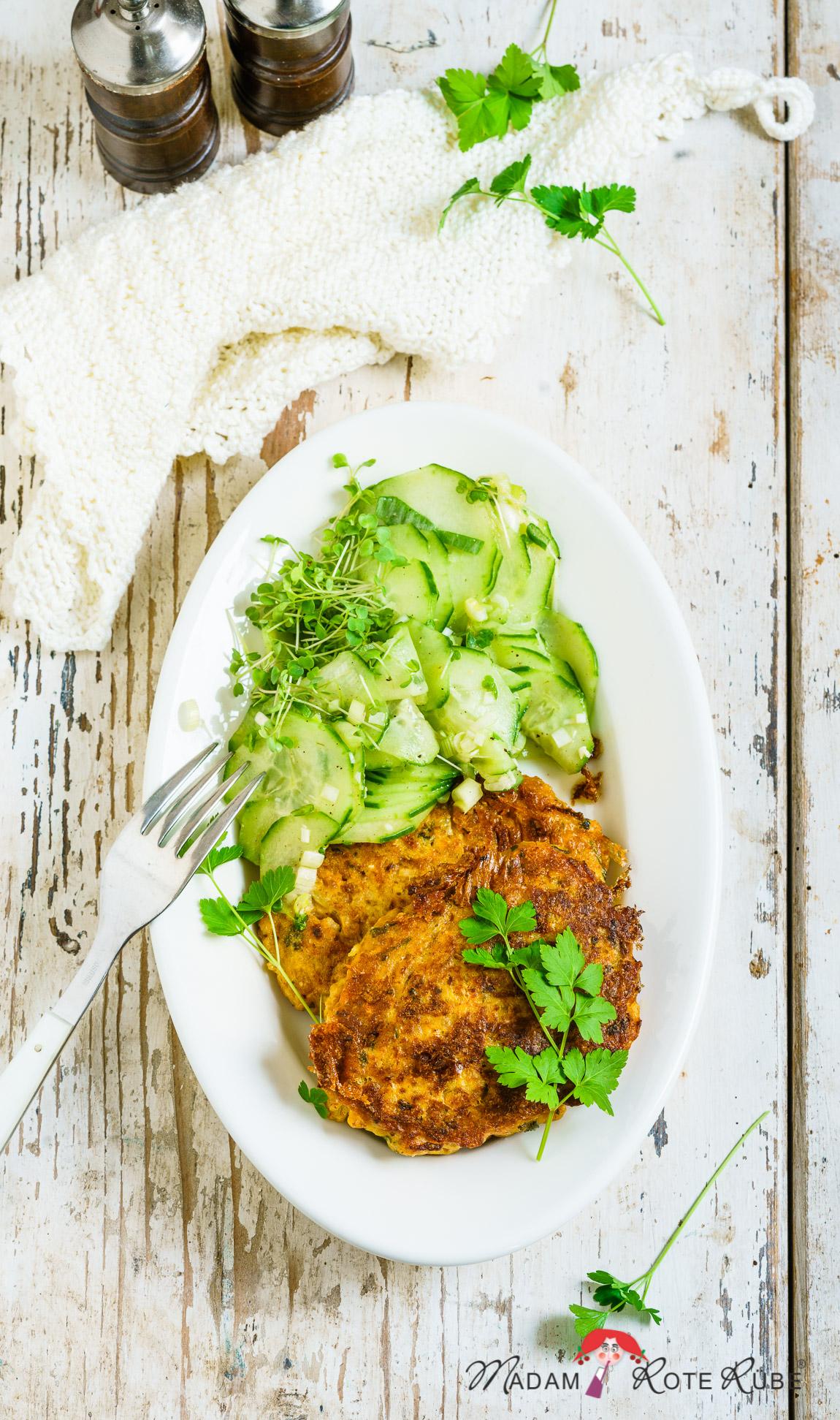 Madam Rote Rübe - Brotkrumen-Puffer à la Migas al Alentejana mit Gurkensalat - ein praktisches Resteessen