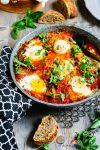 Madam Rote Rübe - Eier in klassisch-würziger italienischer Tomaten-Paprikasauce mit viel Basilikum á la Shakshuka