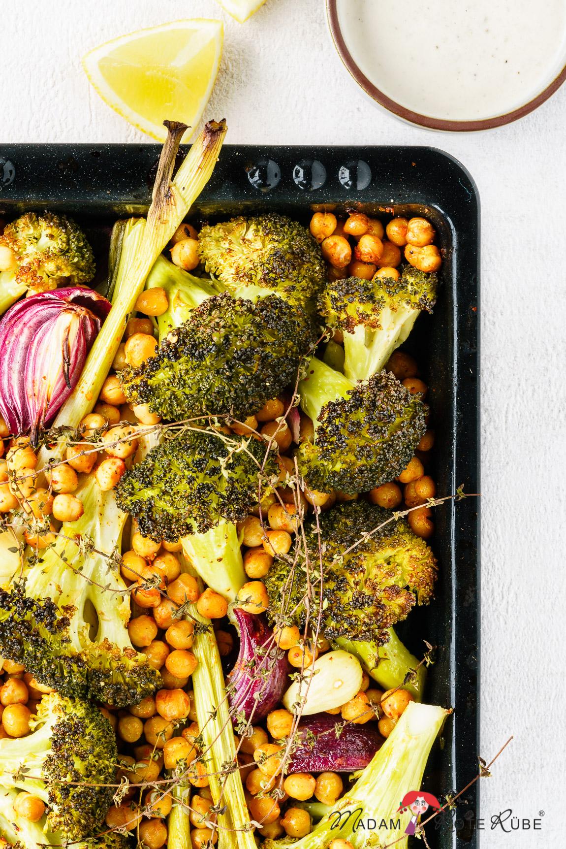 Madam Rote Rübe - Ofengemüse vom Blech: Brokkoli mit Kichererbsen und Zitronendip