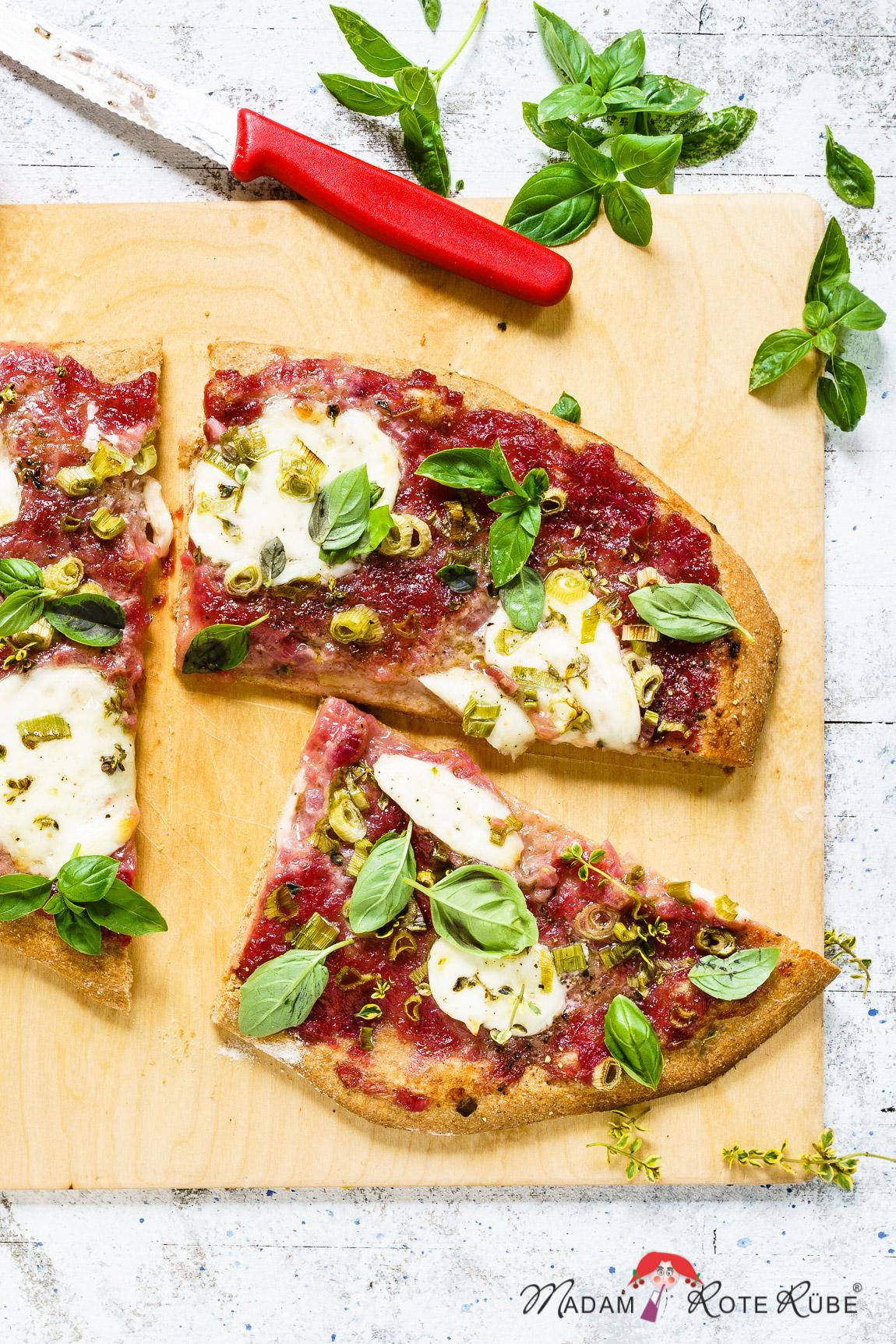 Madam Rote Rübe - Pizza mit Zwiebel-Rhabarber-Marmelade und Büffel-Mozzarella