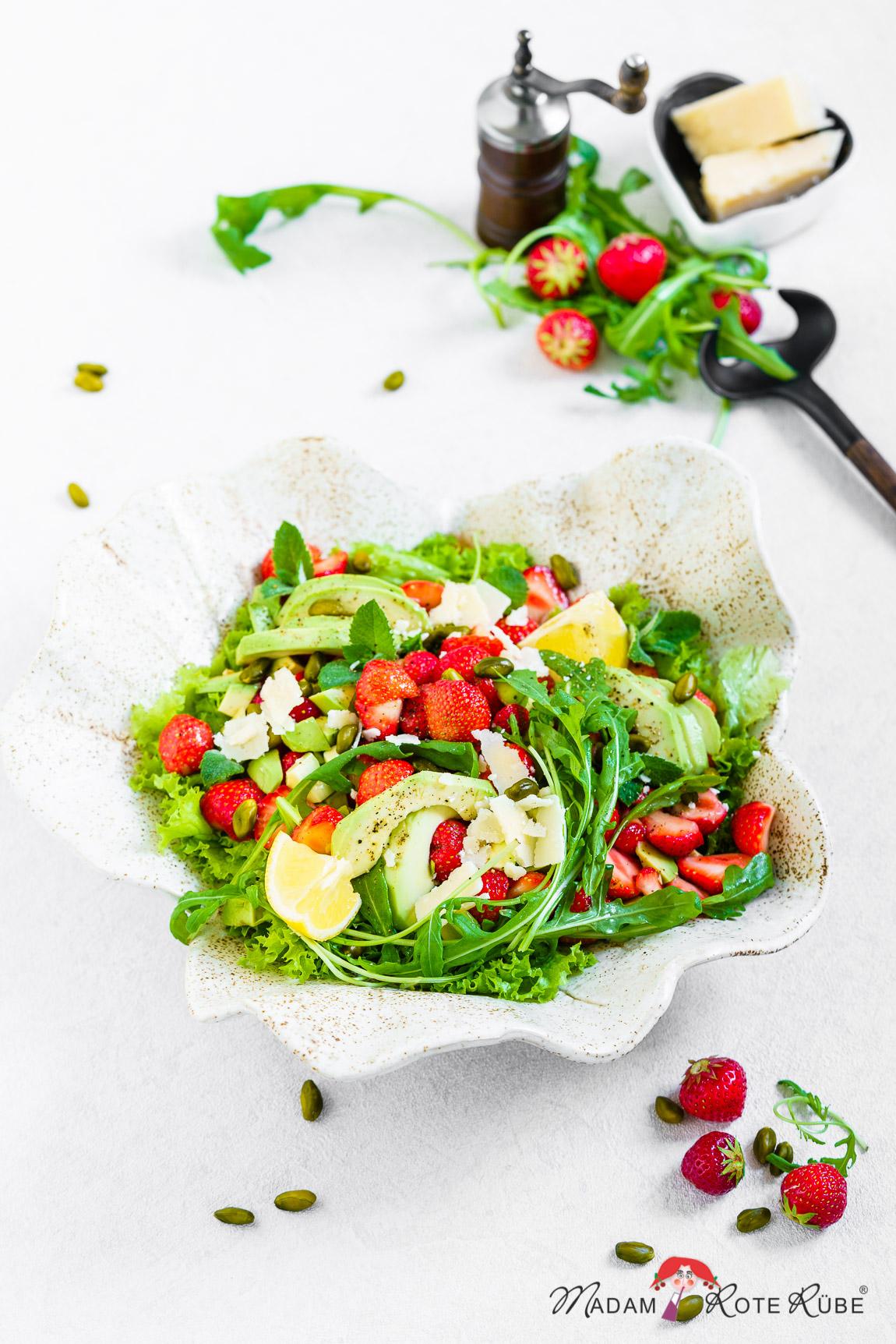 Madam Rote Rübe - Sommersalat mit Erdbeeren und Avocado im Honig-Zitronen-Dressing