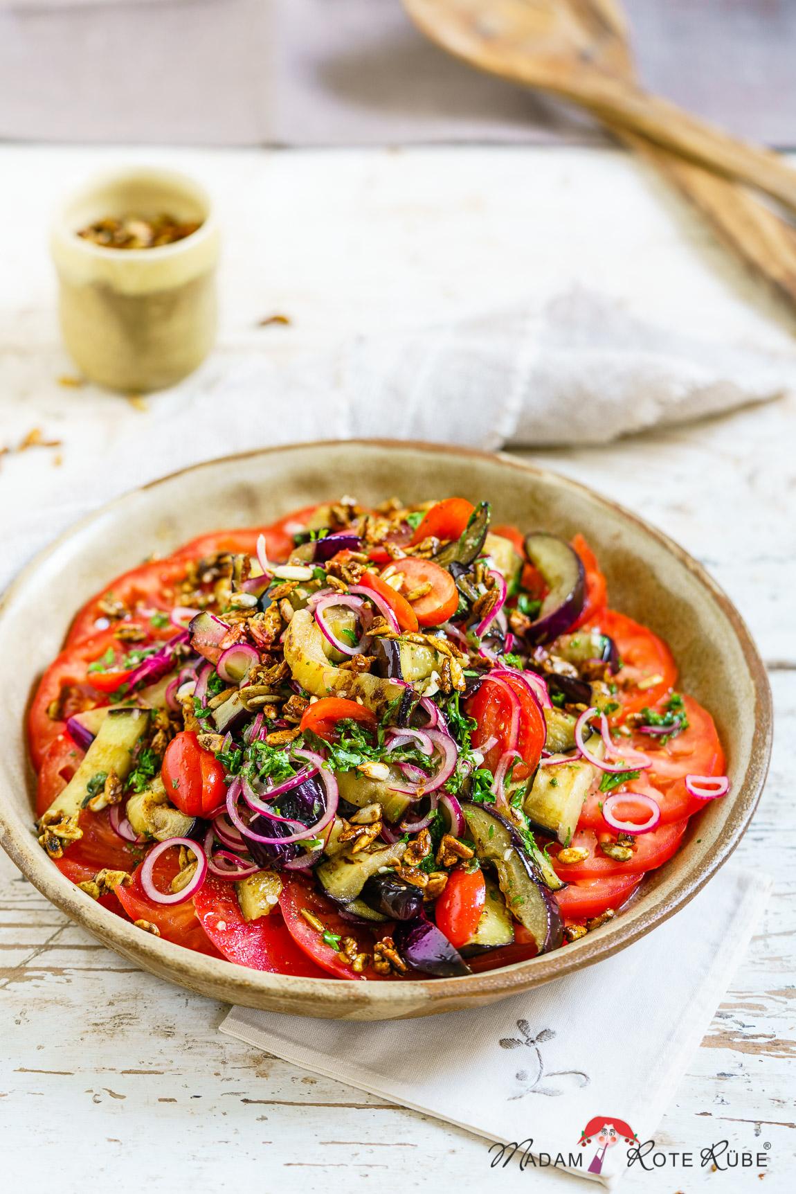 Madam Rote Rübe - Auberginen-Tomaten-Salat mit süßsaurem Honig-Dressing und pikanten Sonnenblumenkerne
