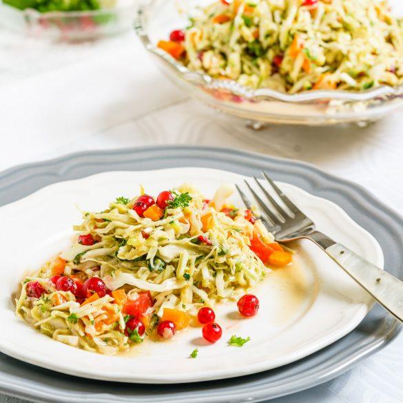 Madam Rote Rübe - Spitzkraut-Zucchini-Salat mit Johannisbeeren und Erdnusssauce