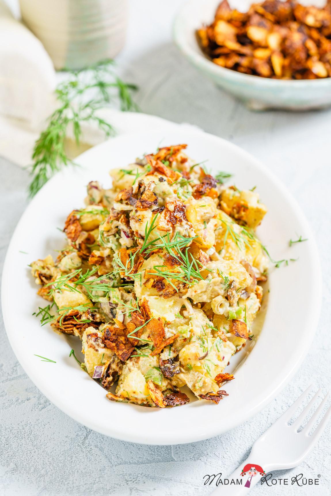 """Madam Rote Rübe - Kartoffelsalat mit Dill, cremig und getoppt mit geräucherter Kokos-""""Speck"""""""