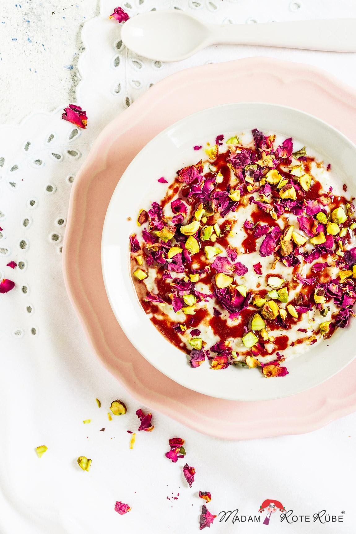 Madam Rote Rübe - Kokos-Porridge mit Pistazien und Schokosauce