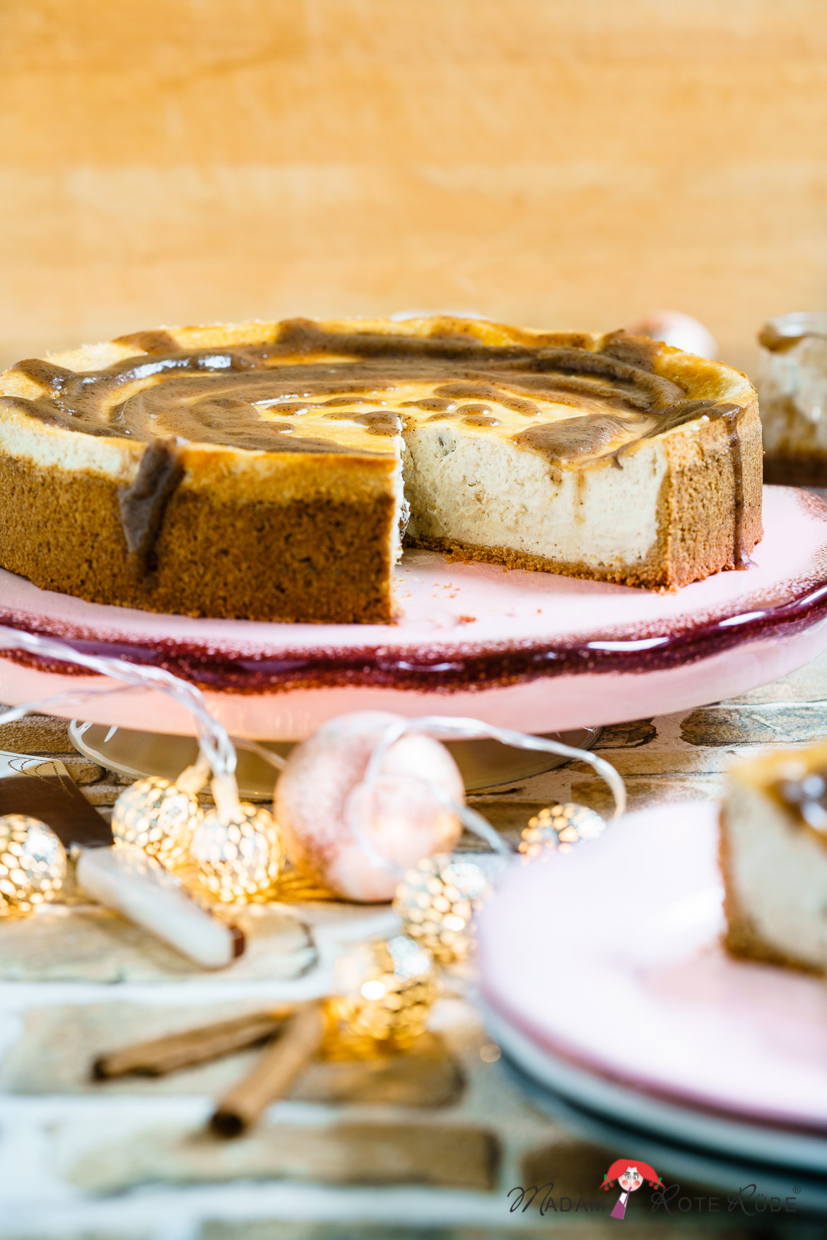 Madam Rote Rübe - Käserahm-Vollkornkuchen mit Dattel-Karamellsoße