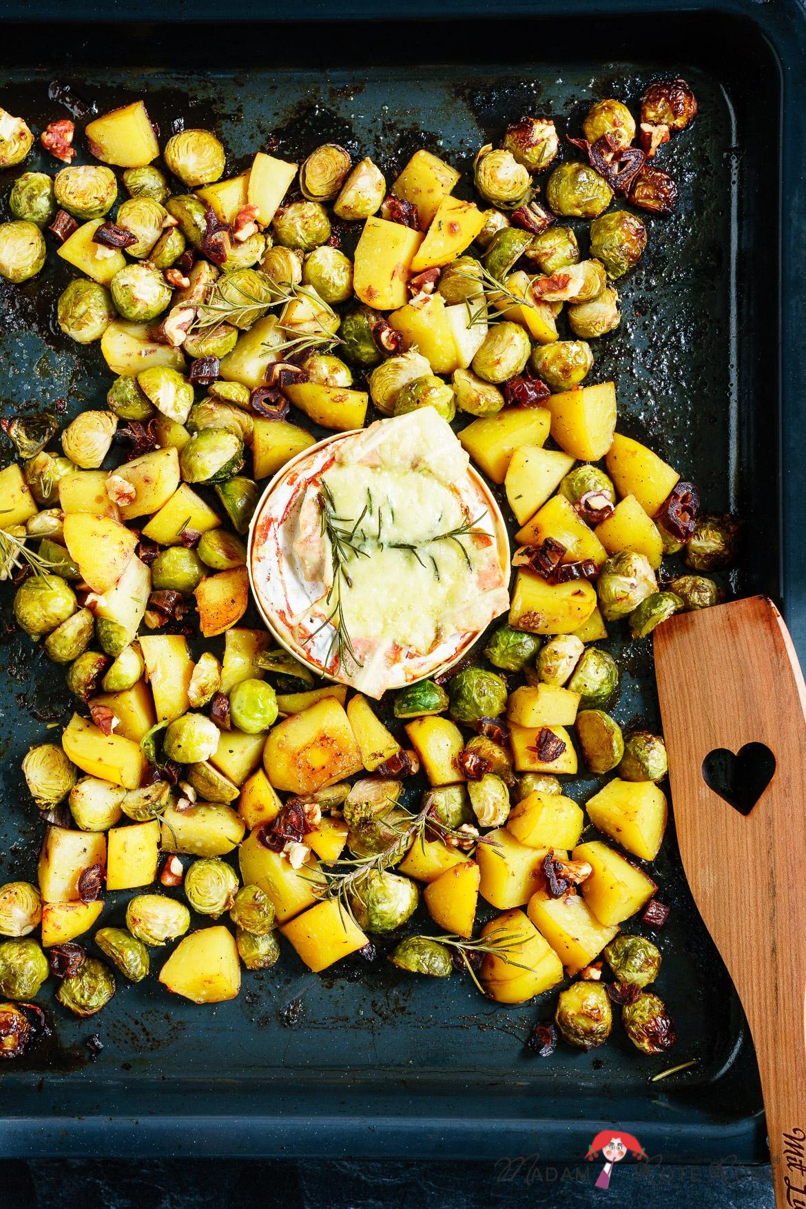 Madam Rote Rübe - Rosenkohl-Kartoffel-Backofengemüse mit cremigen Ofenkäse, Datteln und Walnüsse