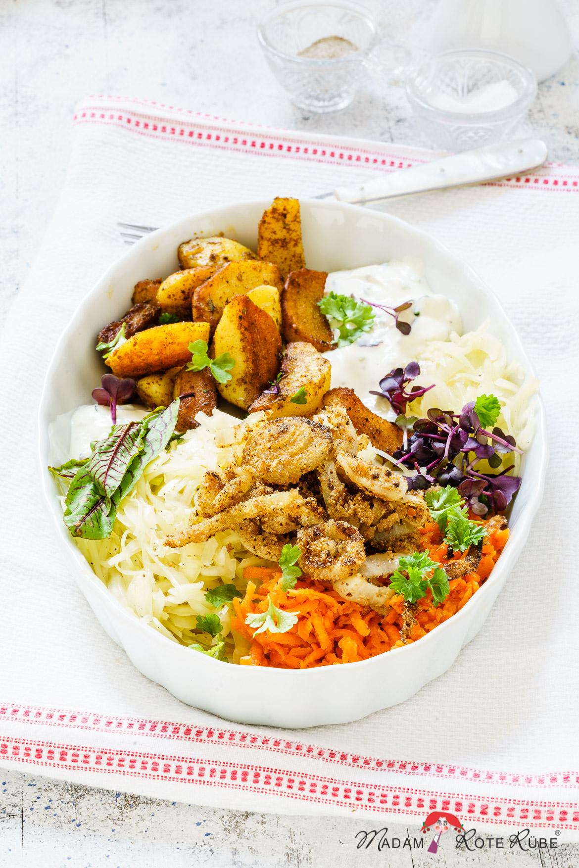 Madam Rote Rübe - Cajun-Kartoffelecken-Bowl mit Röstzwiebeln, mariniertem Weißkohl-Möhren-Salat und Dip
