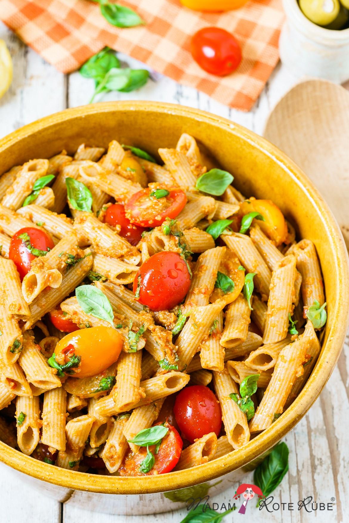 Madam Rote Rübe - Tomaten-Nudelsalat mit Oliven-Tomaten-Dressing