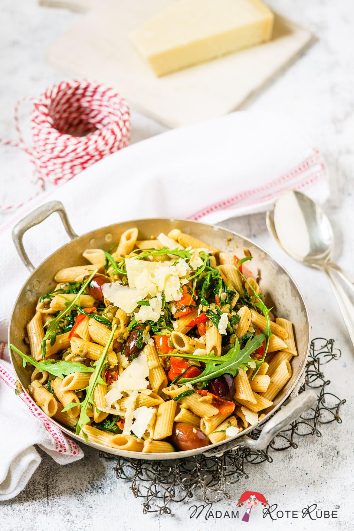 Madam Rote Rübe - Rucola-Pasta mit Tomaten, Oliven und Sonnenblumenkerne