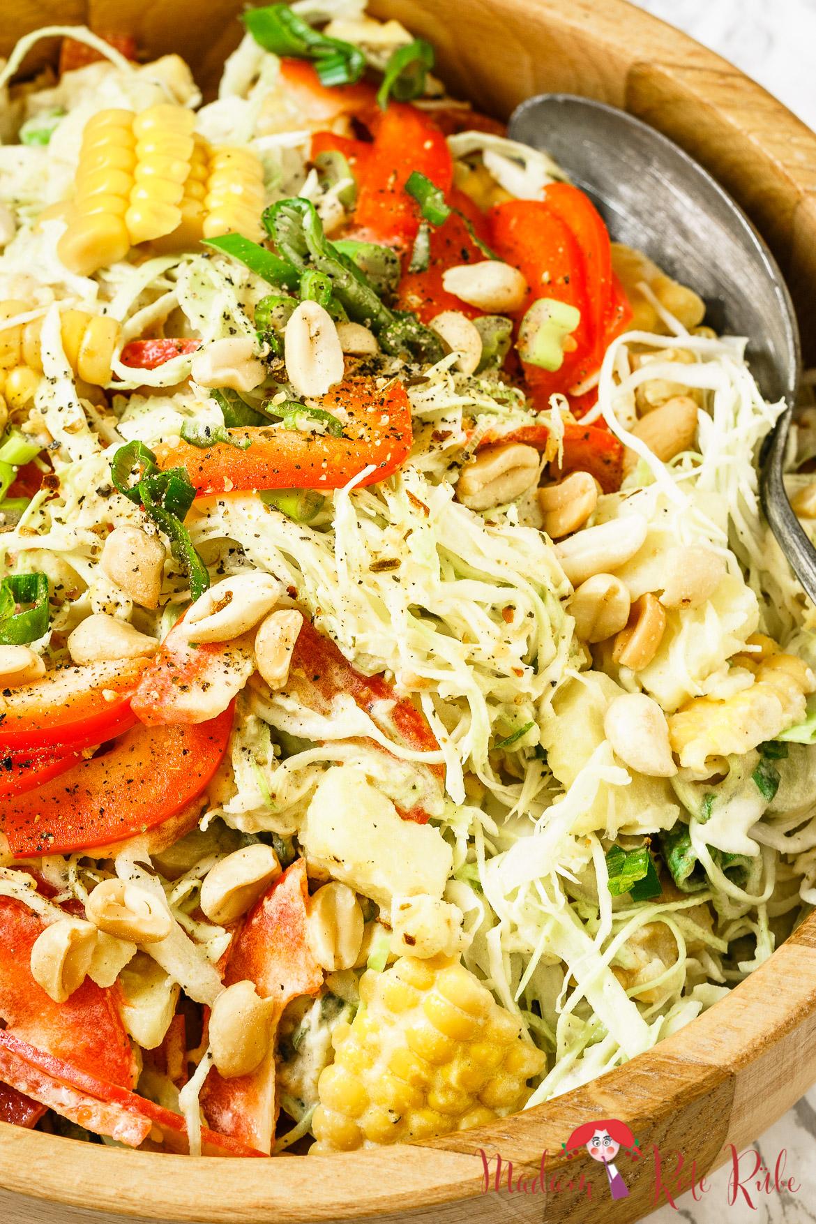 Madam Rote Rübe - Bunter Krautsalat mit Paprika, Mais und Kartoffeln in Erdnuss-Dressing