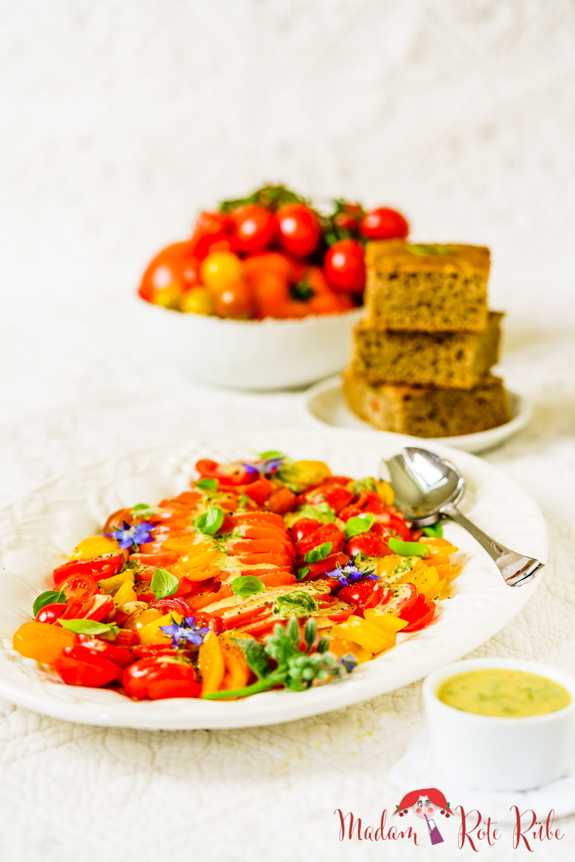 Madam Rote Rübe - Bunter Tomatensalat mit mediterraner Aprikosen-Senf-Vinaigrette